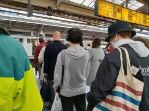 混雑した駅のホーム